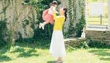 長女と庭で遊ぶ様子
