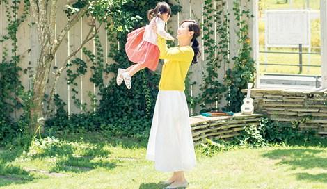 サムネイル 長女と庭で遊ぶ様子