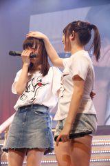 涙する中井りかの頭をなでる加藤美南『NGT48 1周年記念コンサート in TDC〜Maxときめかせちゃっていいですか?〜』より(C)AKS