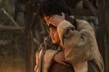 第2回より。バルサを後ろから抱きしめるタンダだが…(C)NHK