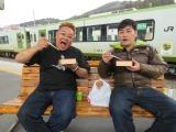 1月29日放送、TBC・TBS系『これが東北魂だ 九州魂だ      駅弁で日本がつながる!』限定復活した「ハモニカ飯」を頬張るサンドウィッチマン(左から、伊達みきお、富澤たけし)(C)TBC