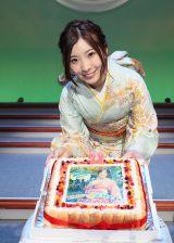 1日早いバースデーケーキに笑顔を浮かべる岩佐美咲