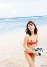 グアムのビーチで弾ける笑顔をみせる池上紗理依(C)中山雅文/ヤングマガジン