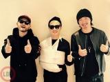 MAKIDAI(右)が公開したVERBAL(中央)&DJ DARUMAとの3ショット(写真はEXILE公式モバイルサイトより)