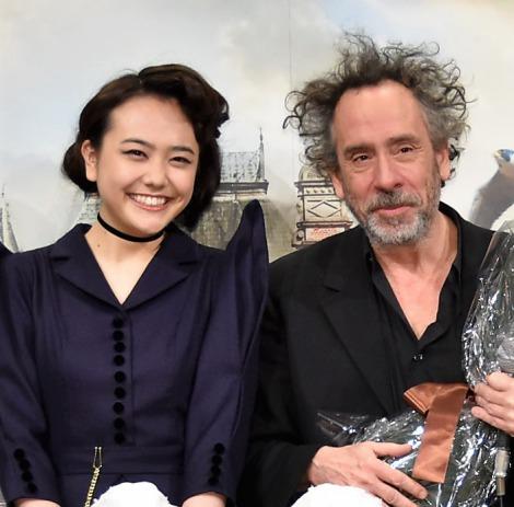 松井愛莉(左)の歓迎に喜んだティム・バートン(右) (C)ORICON NewS inc.