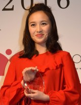 トロフィーを受け取り笑顔を見せた、ももいろクローバーZ・百田夏菜子=『エイボン女性年度賞2016』授賞式 (C)ORICON NewS inc.
