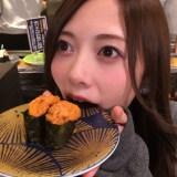 """お寿司にうれしそうな表情を見せた白石麻衣の""""食べ石さん""""カット(写真集公式ツイッターより)"""