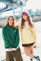 流行中の「リンクコーデ」で『mini』のカバーを飾ったE-girls・YURINO(左)&須田アンナ(『mini』3月号=宝島社)