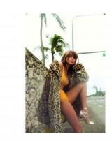 ファーコート×ビキニで大人の自由なファッションを提案した梨花(『オトナMUSE』3月号=宝島社)
