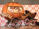 """""""かぼちゃの馬車""""に乗りノリノリのベッキー (C)ORICON NewS inc."""