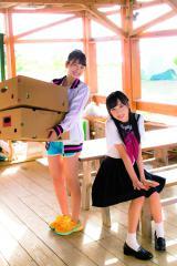 (左から)松岡はな、小栗有以=『AKB48 れなっち総選挙選抜写真集 16colors』(徳間書店)
