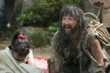 NHK大河ドラマ『おんな城主 直虎』第2回より。家出したおとわを家まで送り届けた謎の男を演じたムロツヨシ(C)NHK