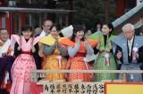 成田山での豆まきに参加した『べっぴんさん』キャスト(左から)芳根京子、谷村美月、百田夏菜子、土村芳