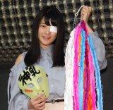 メンバーとファンが作った千羽鶴を手に会見を行った仮面女子・神谷えりな (C)ORICON NewS inc.