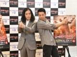 ポスターと同じポーズをとるピース(左から)又吉直樹、綾部祐二 (C)ORICON NewS inc.