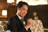 関西テレビ・フジテレビ系ドラマ『嘘の戦争』第5話(2月7日放送)より。OL殺人事件の主犯で、いまは大手銀行に勤める九島亨(平岳大)が復讐のターゲット(C)関西テレビ