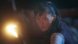 NHK・大河ファンタジー『精霊の守り人 悲しき破壊神』第4話より。闇の中から襲いかかる狼たちと対峙するバルサの緊迫したアクションシーン(C)NHK