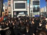 新宿アルタ前にファンが集結、そしてどよめき…