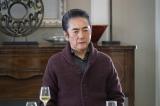 関西テレビ・フジテレビ系ドラマ『嘘の戦争』第6話より。二科家に招かれた浩一は、興三(市村正親)と隆(藤木直人)から過去について詮索されるが…(C)関西テレビ