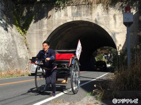 昼間は人力車を走らせ沿道の人たちに『みんなのニュース』「上を向いて歩こう」コーナーをアピールする木村拓也アナウンサー