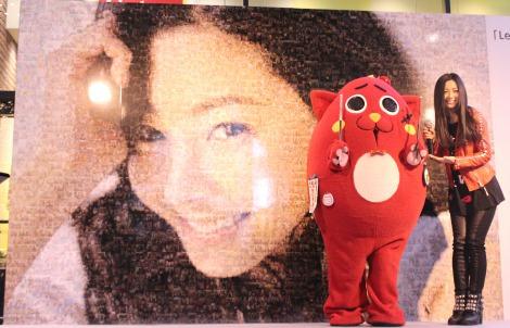 お披露目されたモザイクアート=ニューアルバム『Smile』発売記念イベント『「Let'sスマイルキャンペーン」モザイクアート発表会』を行った(左から)にゃんごすたー、倉木麻衣 (C)ORICON NewS inc.