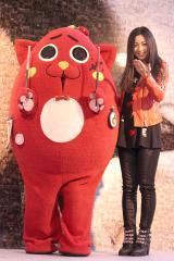 ニューアルバム『Smile』発売記念イベント『「Let'sスマイルキャンペーン」モザイクアート発表会』を行った(左から)にゃんごすたー、倉木麻衣 (C)ORICON NewS inc.