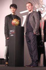 映画『アサシン クリード』(3月3日公開)スペシャルイベントに出席した(左から)斎藤工、マイケル・ファスベンダー (C)ORICON NewS inc.
