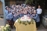4月3日スタート、NHK連続テレビ小説『ひよっこ』の収録現場にて。2月13日に24歳の誕生日を迎えた有村架純を祝福(C)NHK