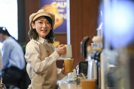 コーヒショップの店員役として松本人志と共演する乃木坂46・生駒里奈