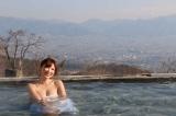 甲府盆地を一望する露天風呂を満喫する手島優(C)SBC信越放