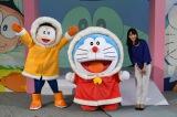(左から)のび太くん、ドラえもん、テレビ朝日の堂真理子アナウンサー(C)藤子プロ・小学館・テレビ朝日・シンエイ・ADK2017