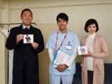 『科捜研の女』主題歌「シャイン」(2月22日発売)のCDを手に記念撮影(左から)内藤剛志、K、沢口靖子(C)テレビ朝日
