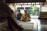 大河ドラマ『おんな城主 直虎』第7回「検地がやってきた」より。小野政次(高橋一生)と新野左馬助(苅谷俊介)の2人は駿府・今川館に出向き、改めて直親の帰還を認めてもらうよう願い出る(C)NHK