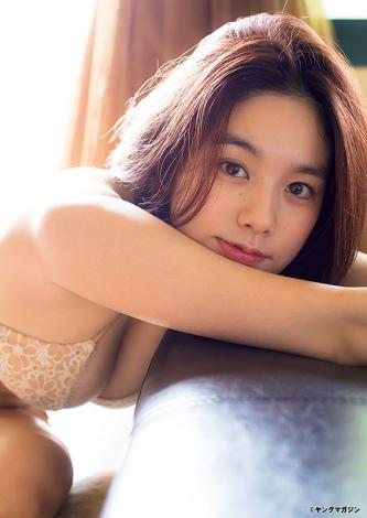 じっとカメラを見つめる筧美和子(C)LUCKMAN/ヤングマガジン