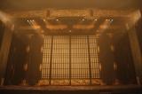 『NINAGAWA・マクベス』巨大な仏壇のセット(撮影:渡部孝弘)