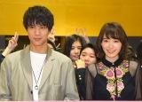 女子高をサプライズ訪問した中川大志(左)と飯豊まりえ (C)ORICON NewS inc.