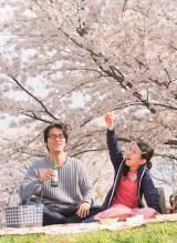 生田演じるトランスジェンダーの女性・リンコ、相手役・マキオは桐谷健太(C)2017「彼らが本気で編むときは、」製作委員会