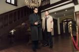 テレビ朝日系で放送されるアガサ・クリスティの名作『そして誰もいなくなった』に原作には出てこない刑事役で沢村一樹(左)&荒川良々(右)が出演。連続殺人事件の謎を解き明かす(C)テレビ朝日