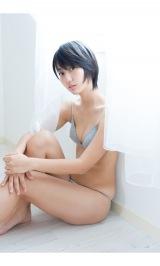『週刊プレイボーイ』47号に登場した新井愛瞳 (C)Takeo Dec./週刊プレイボーイ