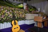 近年最も大切にしていたクラシックギターも飾られた