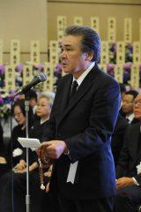 告別式で弔辞を読み上げた鳥羽一郎