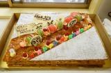 北大路欣也、74歳の誕生日祝いにドラマ『三匹のおっさん3』のスタッフが用意したケーキ(C)テレビ東京