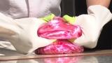 2月24日放送、NHK・BSプレミアム『スイーツ マジック』新作スイーツ作りに挑む五十嵐宏シェフ(あめ細工)(C)NHK