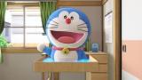 『ドラえもんVR「どこでもドア」』体験中にはドラえもんも登場(C)藤子プロ・小学館・テレビ朝日・シンエイ・ADK 2017 (C)BANDAI NAMCO Entertainment Inc.