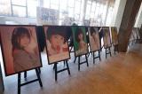 ロビーでは昭和のアイドルを彷彿とさせるメンバーのポスター展も(C)AKS
