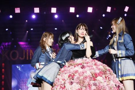 「10年桜」で感極まって涙する小嶋陽菜=『こじまつり 〜前夜祭〜』の模様(C)AKS