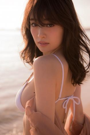 泉里香・写真集『Rika!』表紙カット (C)SDP
