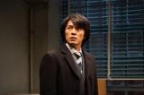 ドラマ『嘘の戦争』第8話(2月28日放送)より。浩一を警察に突き出せるだけの詐欺の証拠を手にした隆(藤木直人)だったが…(C)関西テレビ