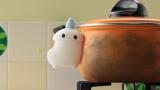 鍋の汚れを自らの体で磨くキュピ 。Eテレ『プチプチ・アニメ』内で3月20日初回放送(C)とよさきあき・NHK・NEP