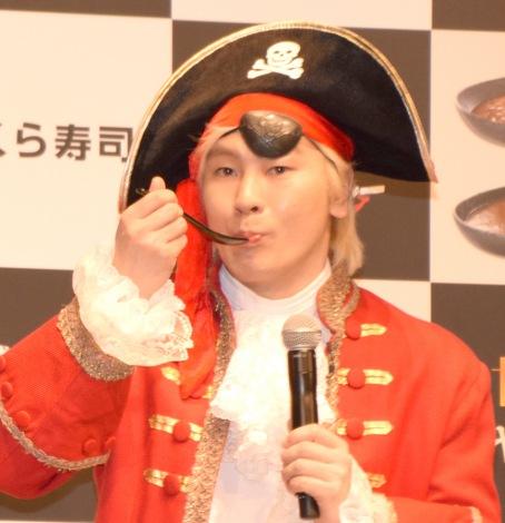 くら寿司の新商品「海賊シャリカレー」発表会に出席したメイプル超合金・カズレーザー (C)ORICON NewS inc.